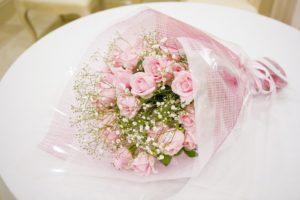 ミニバラとカスミソウの花束
