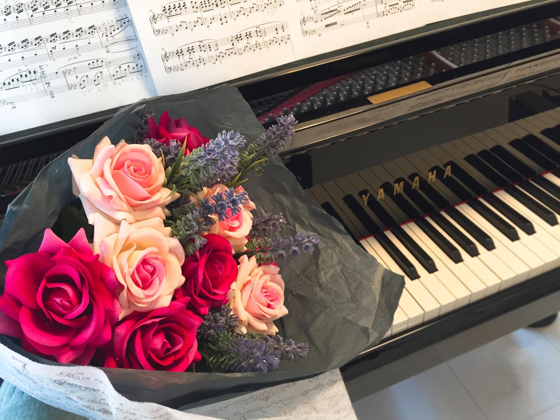 ピアノと花束