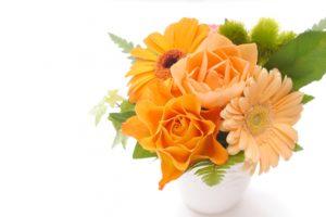 オレンジ色のフラワーアレンジメント