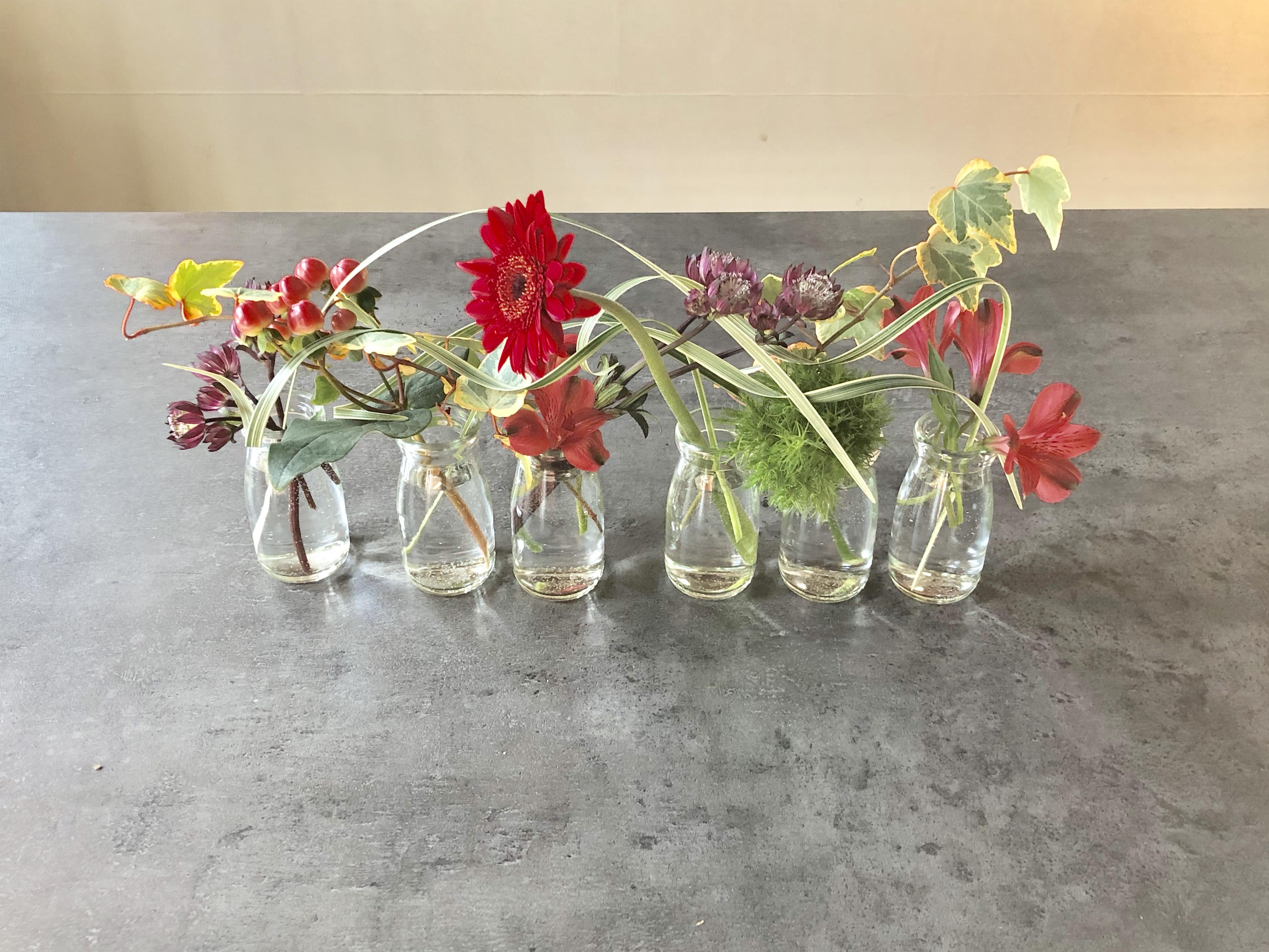 並べた花瓶にお花を活ける