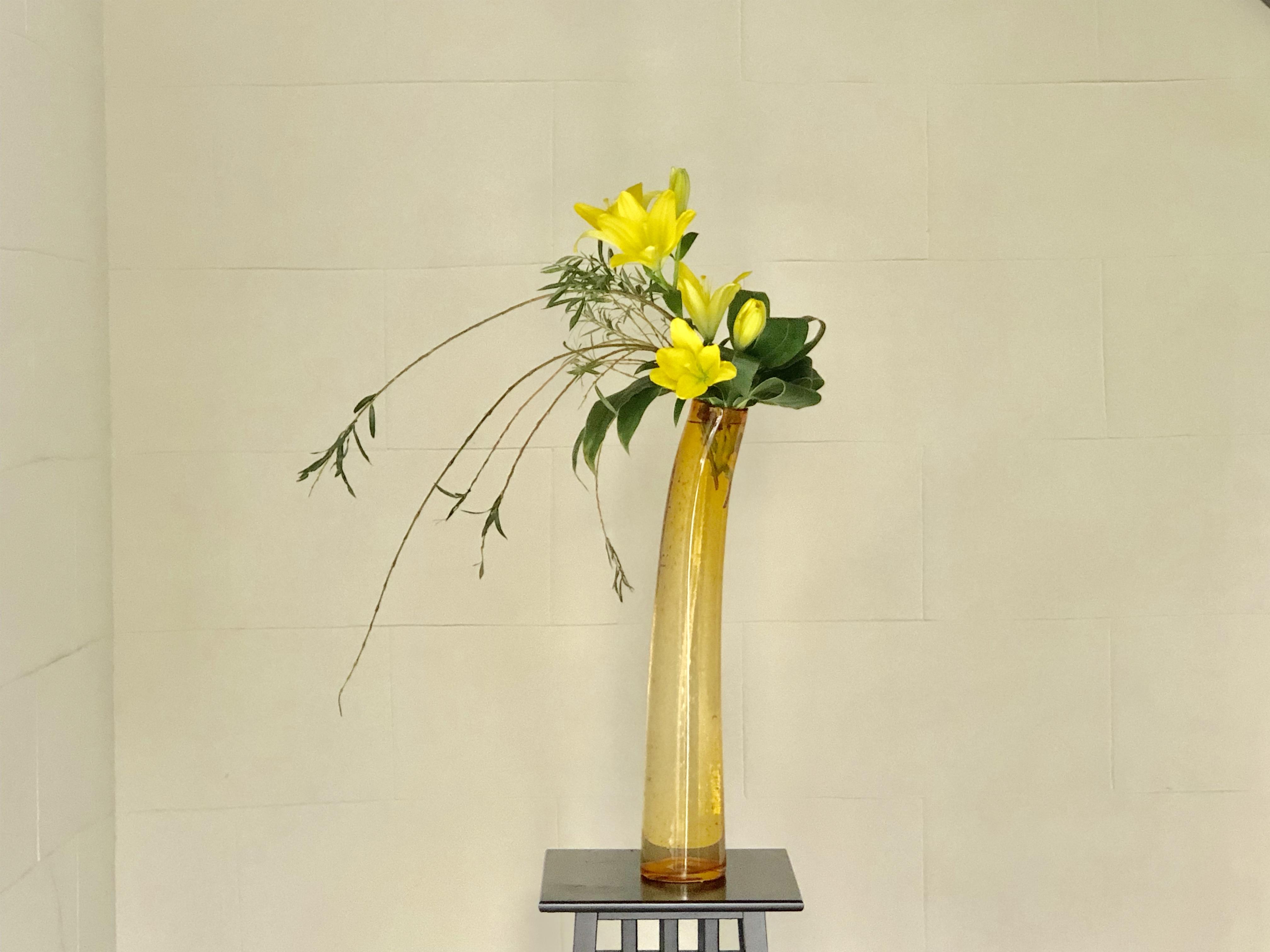 背の高い花器に活ける