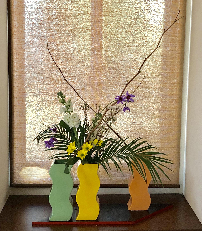 春らしい色の3つの花器を使って活ける