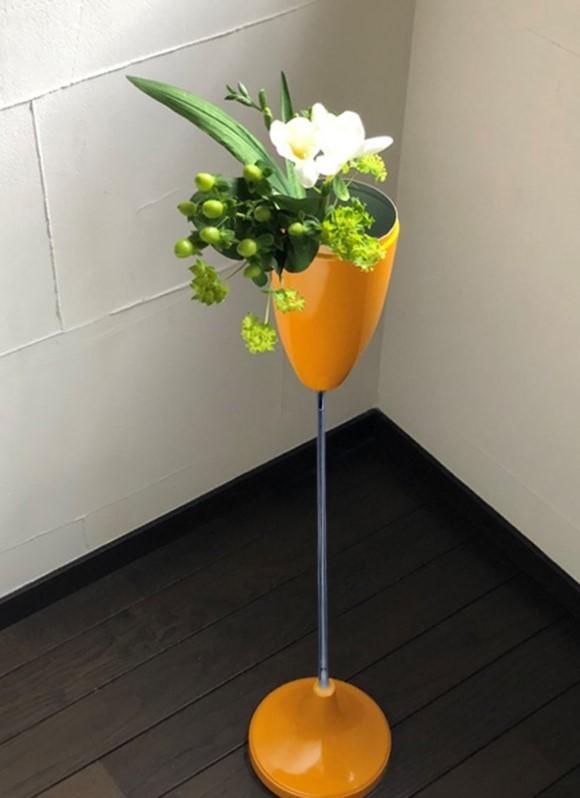 黄色い花器に活ける