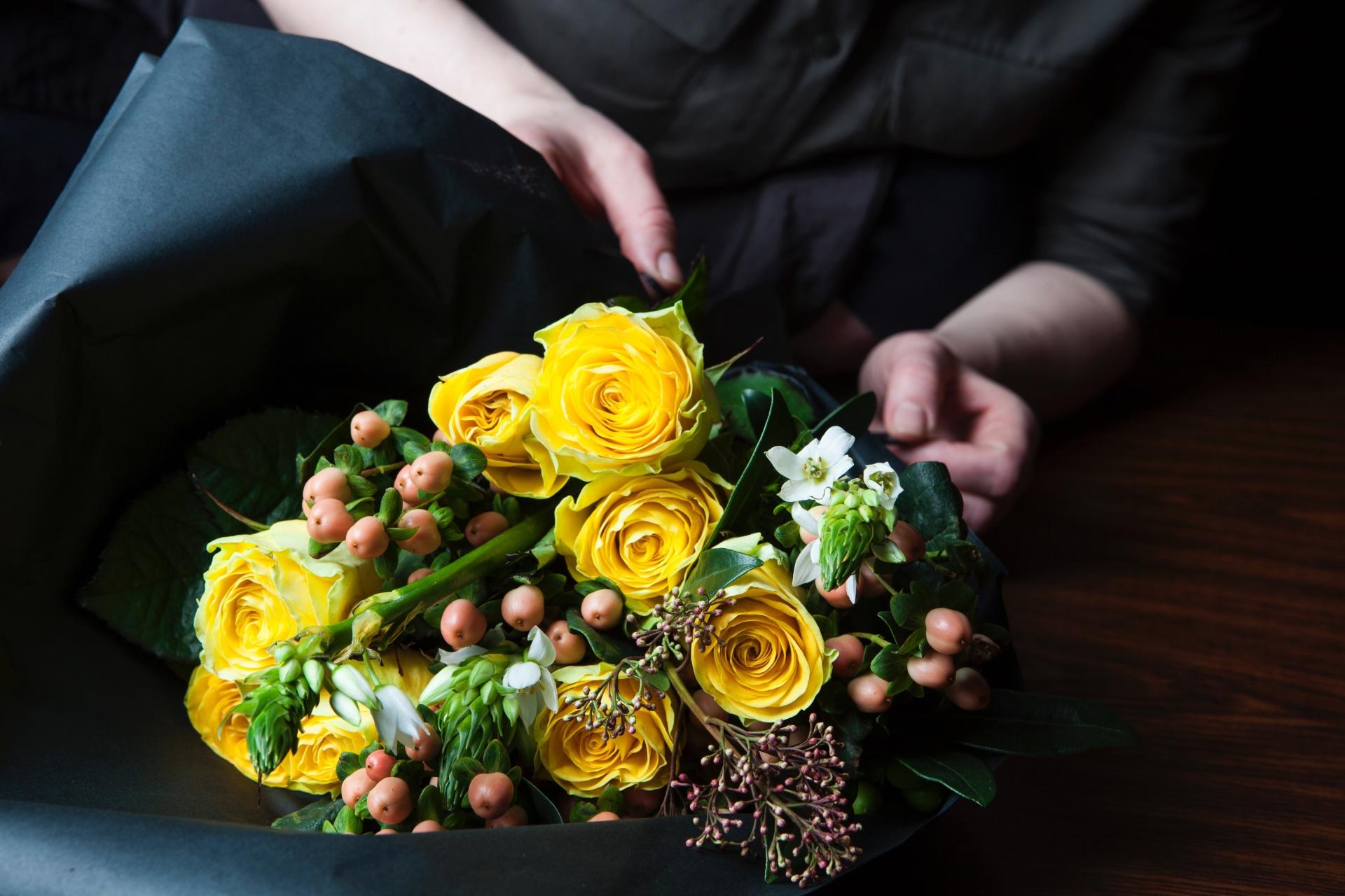 花束をラッピングする
