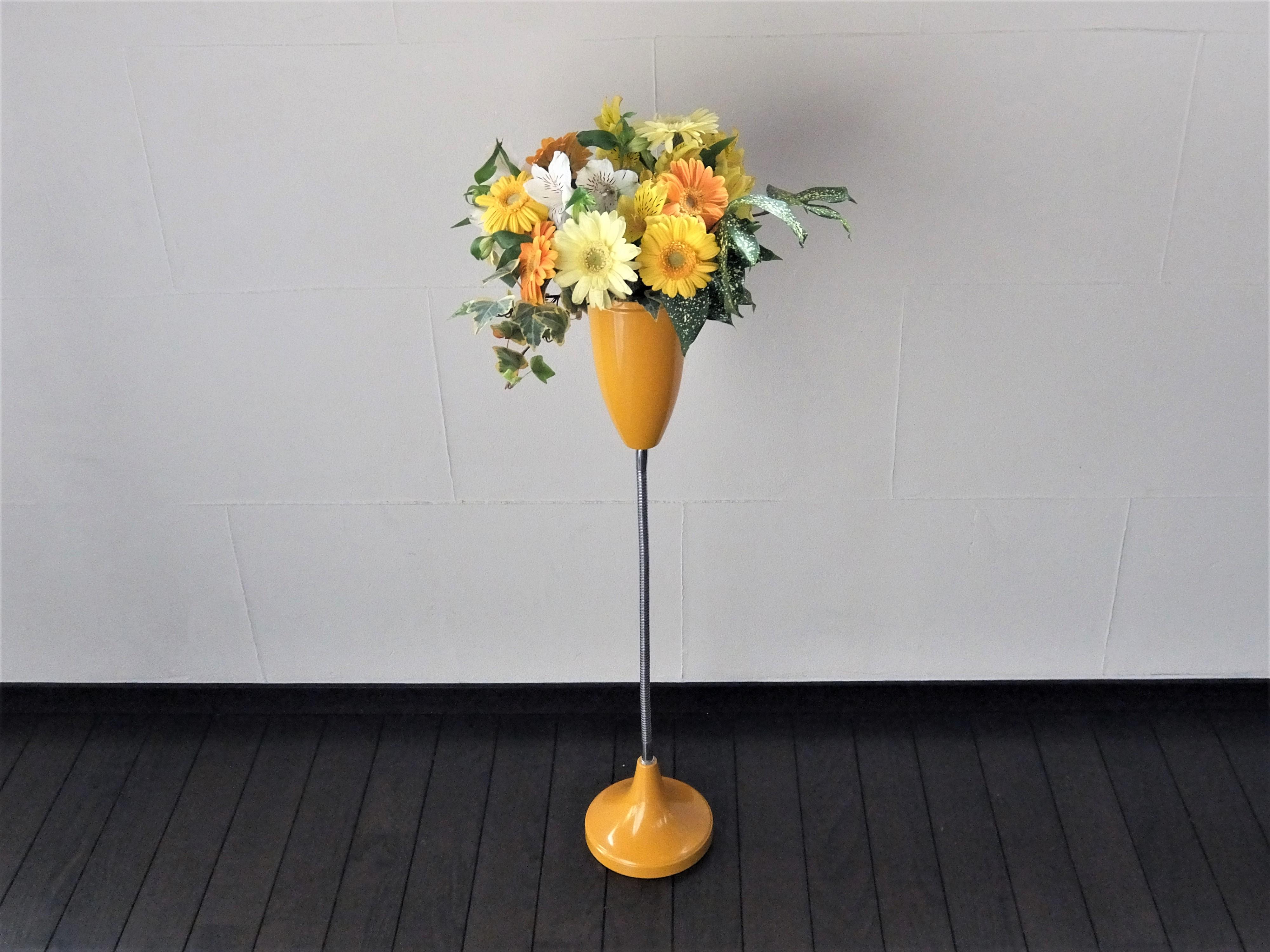 ガーベラを黄色の花器に活ける