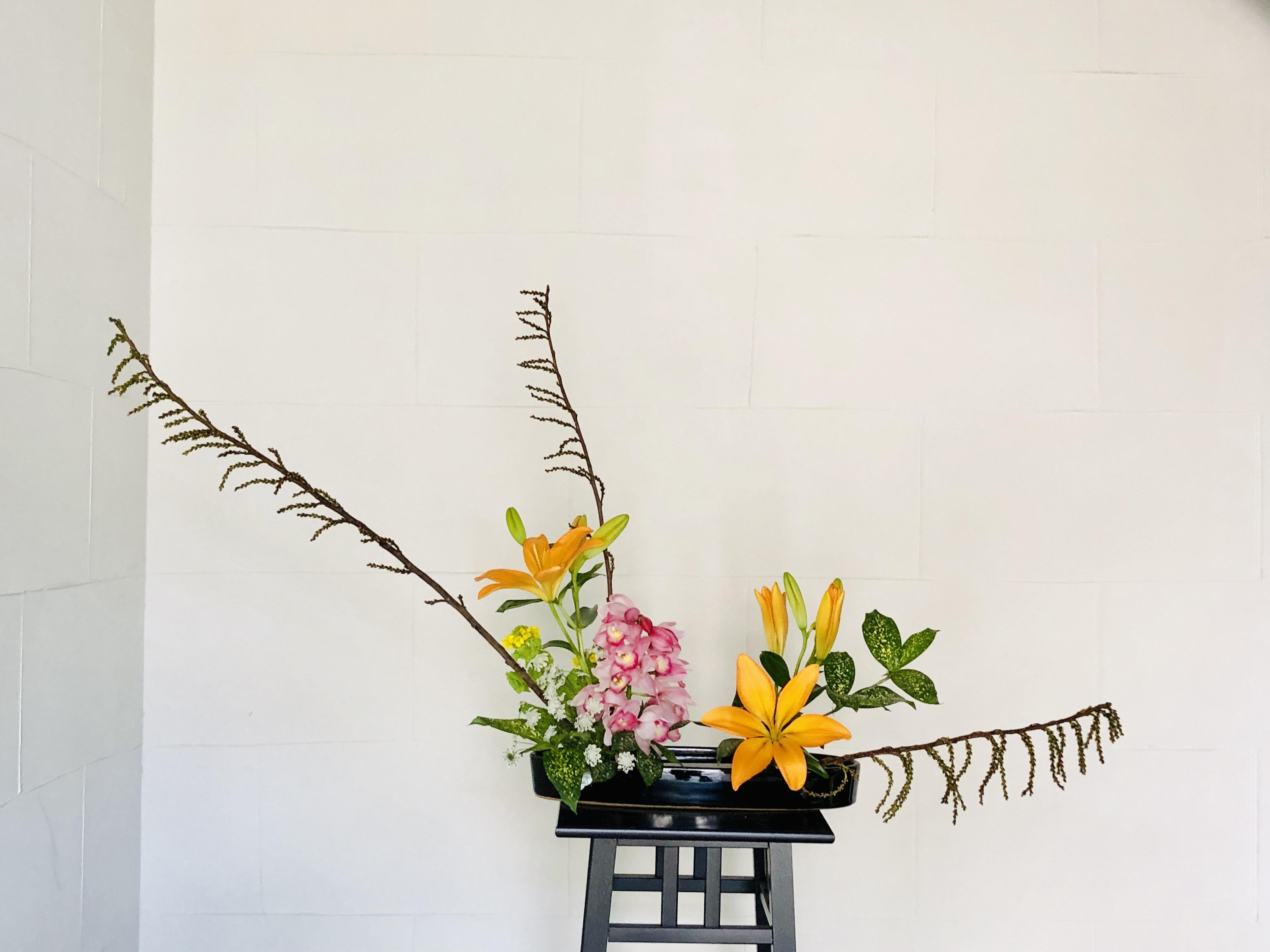 先週のお花を活け替える