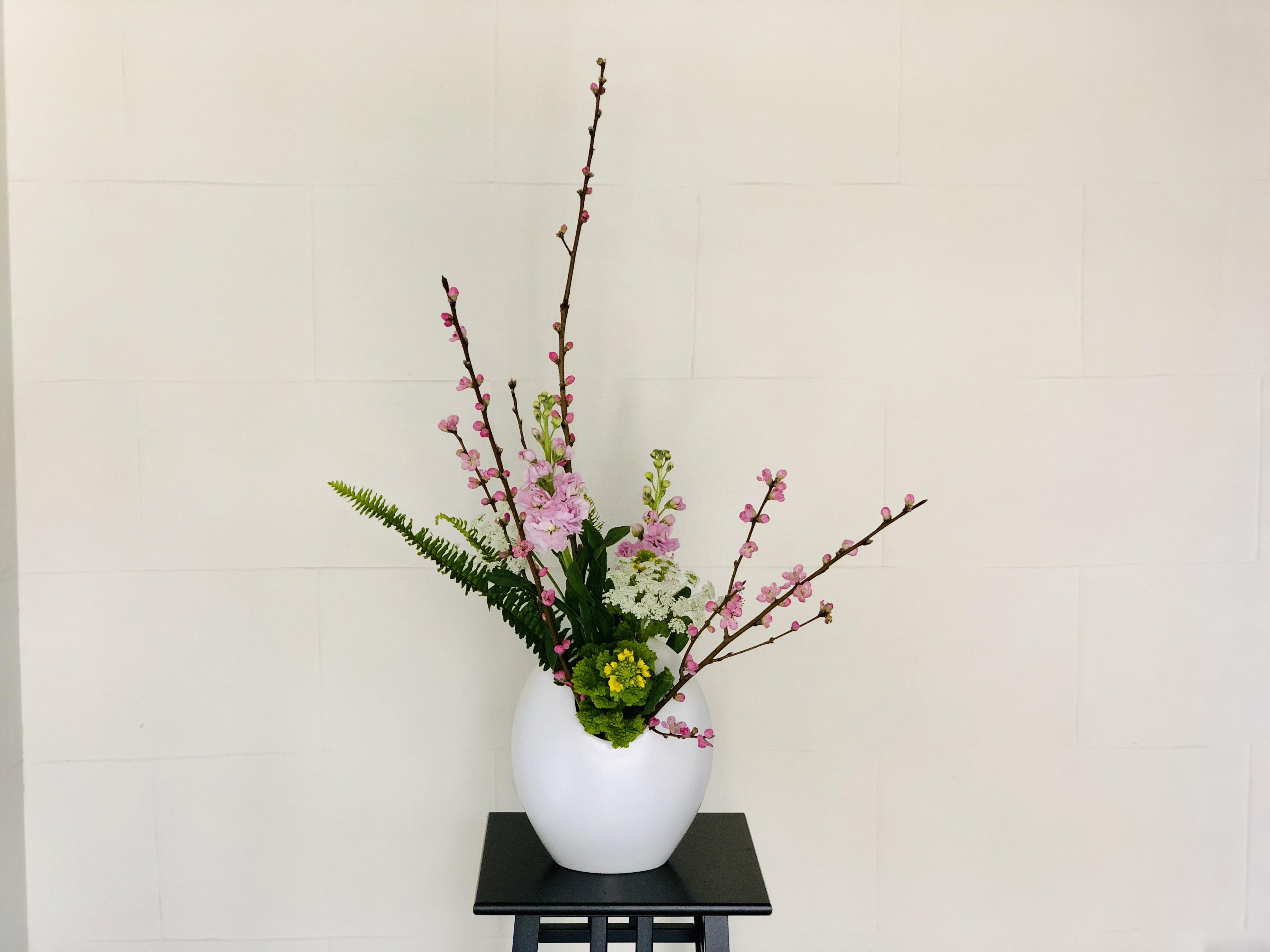 桃の花の入った生け花
