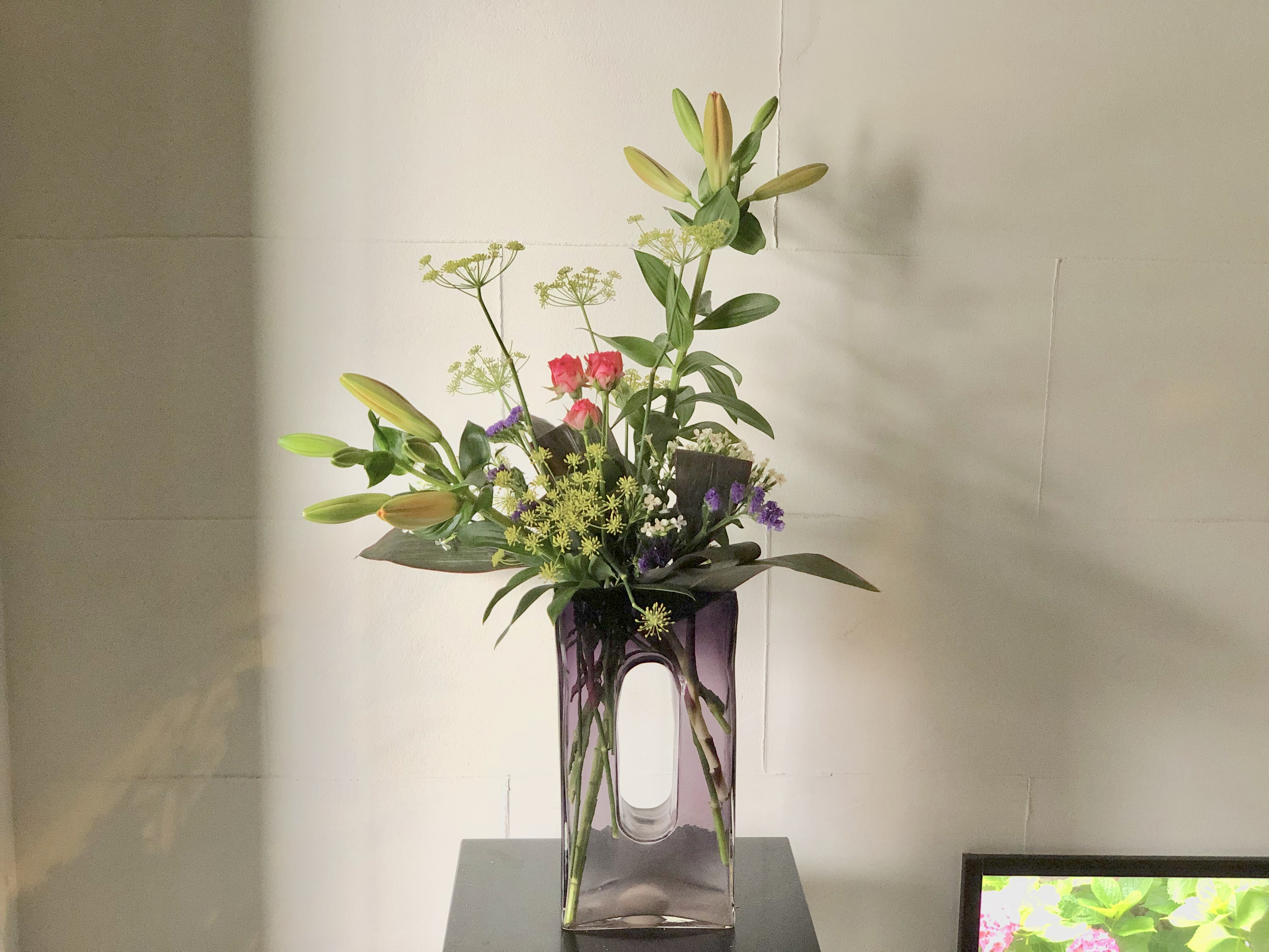 紫のガラス花器に活ける