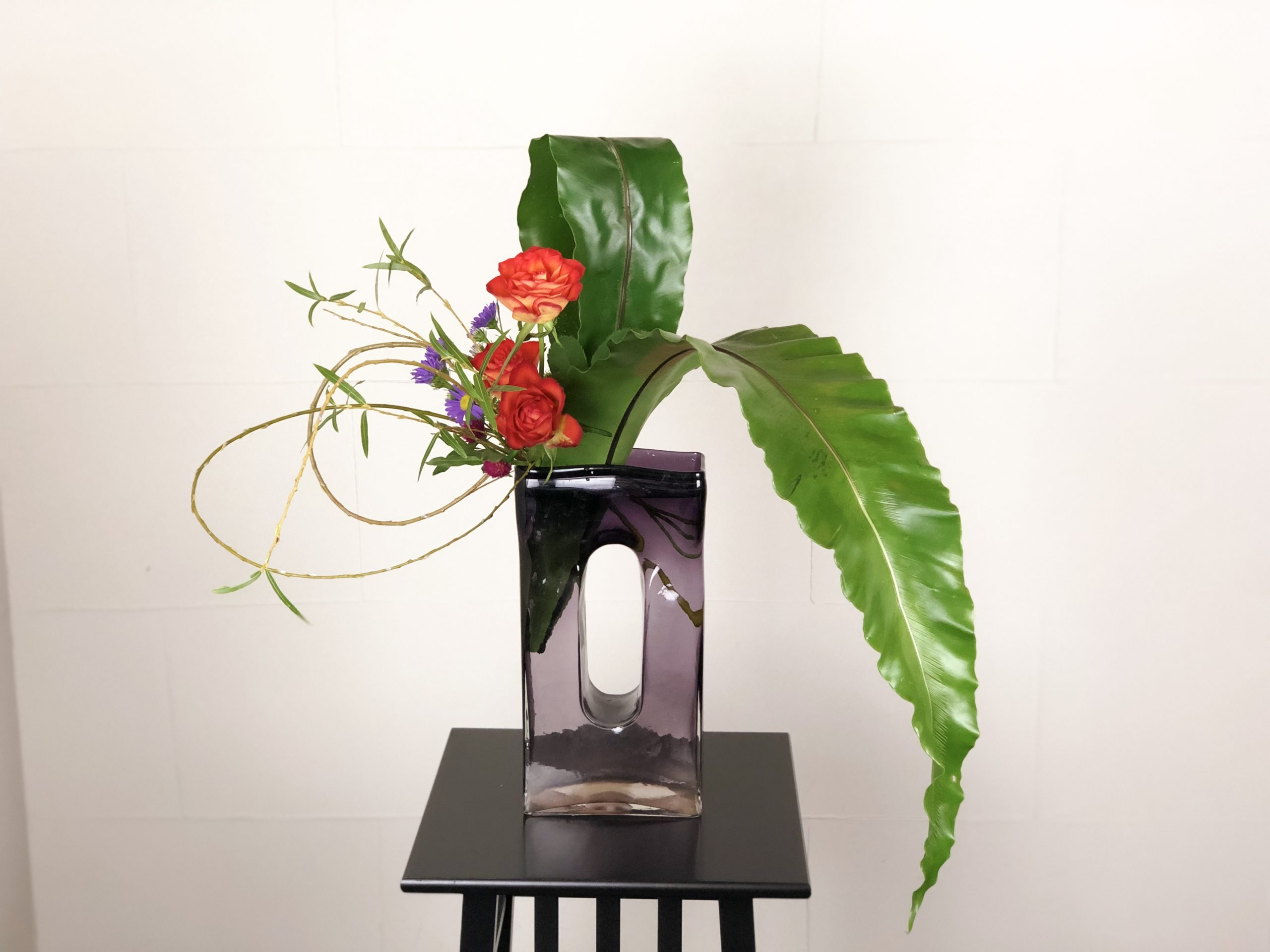 枝物と葉物の役割を交代する生け花