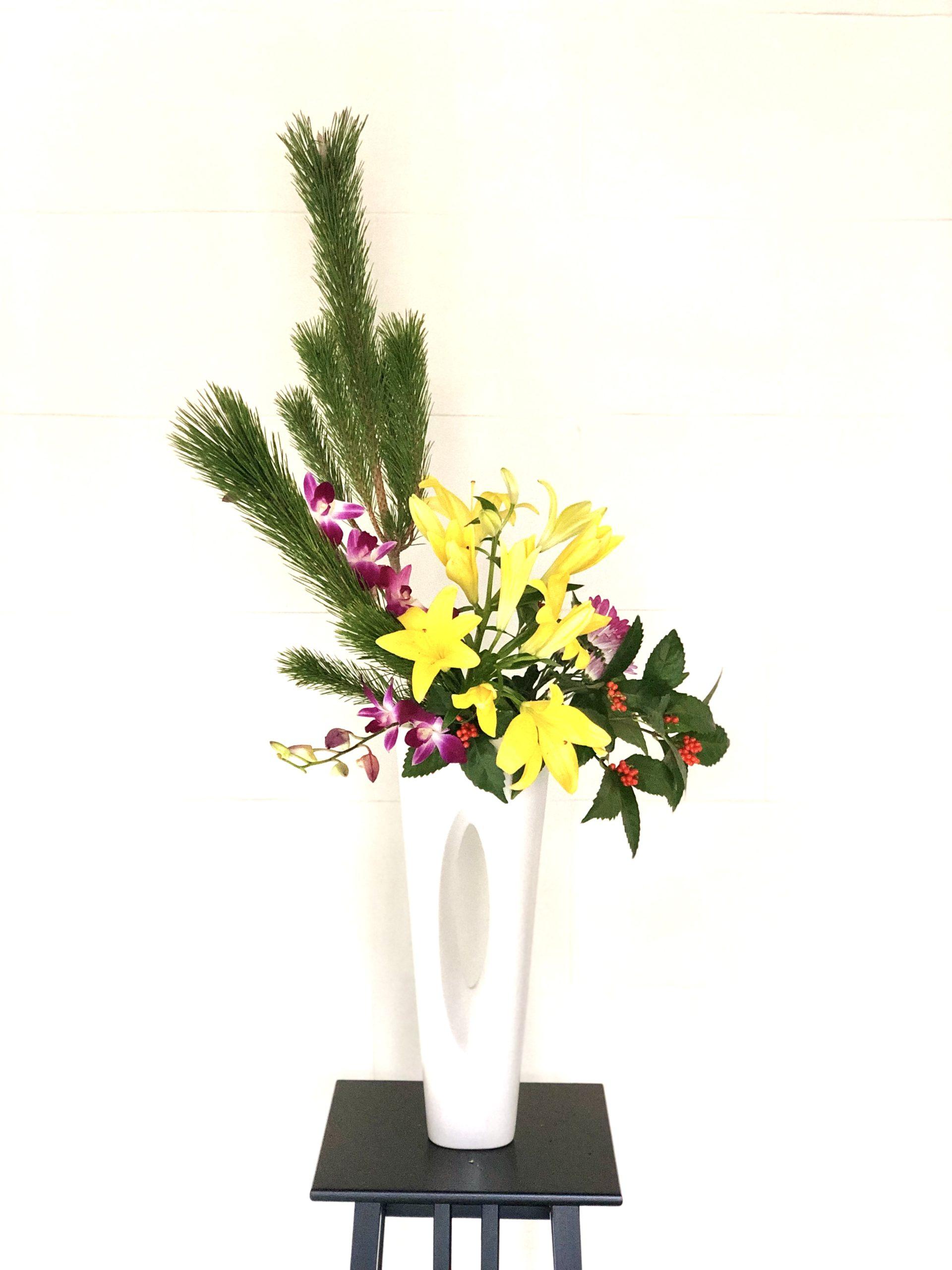お正月用生け花 玄関やリビングに 〈花瓶に活ける〉