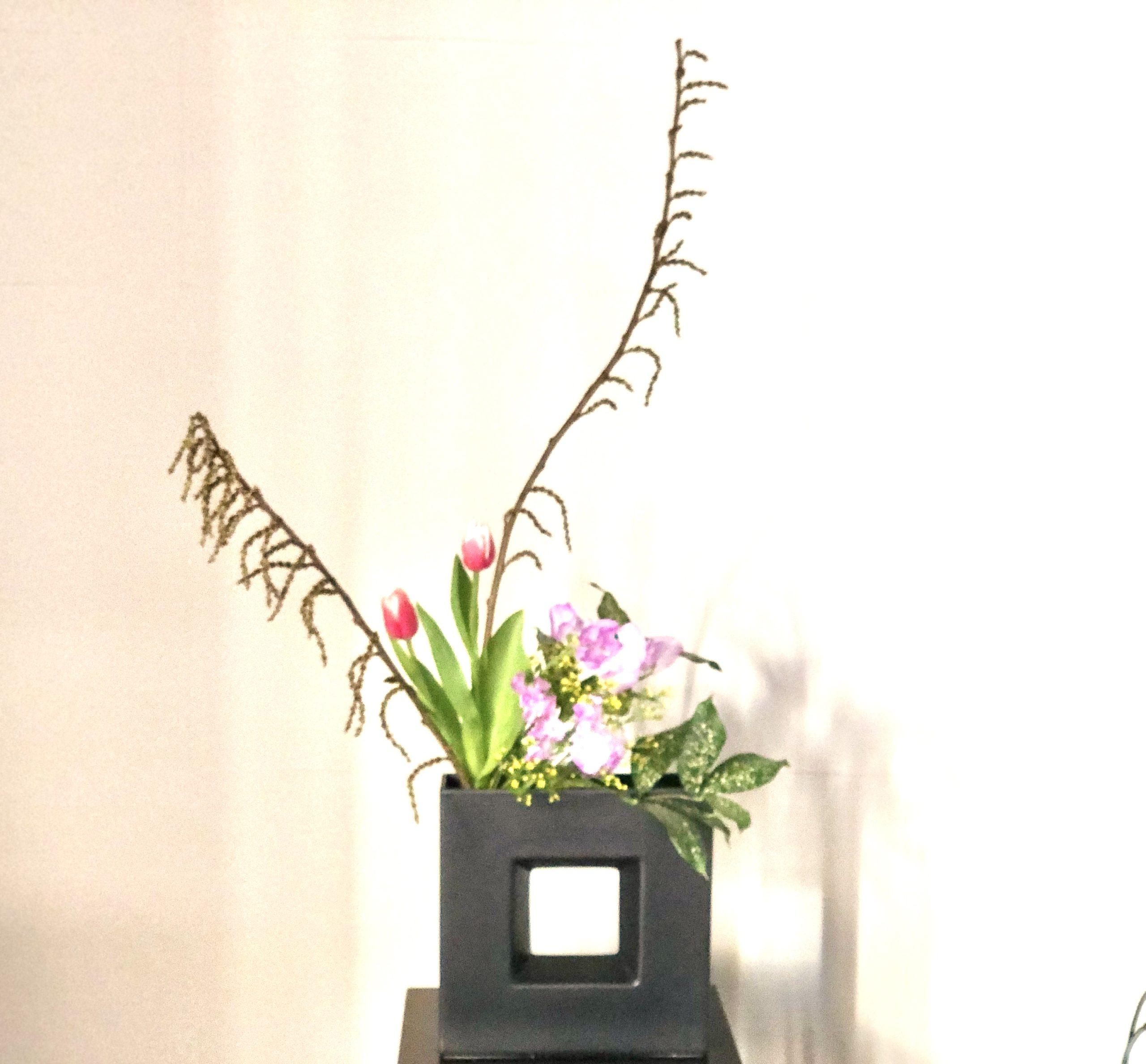 チューリップやスイトピーの春の生け花