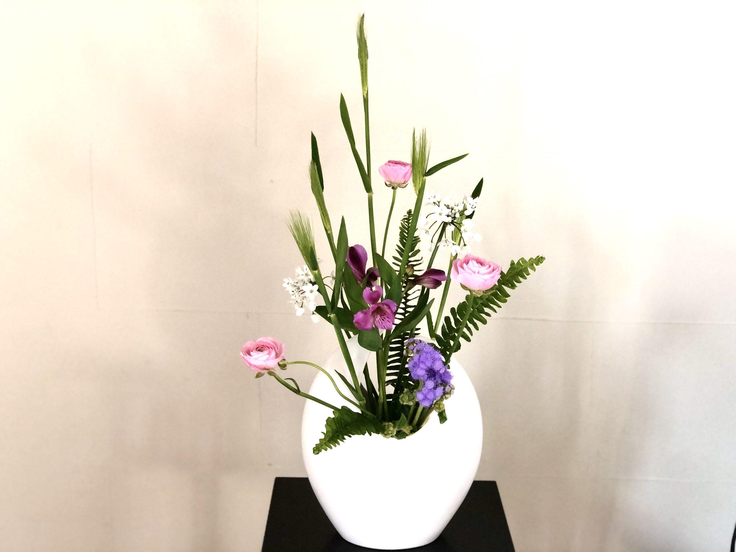 ピンクと紫で大人っぽい春の生け花
