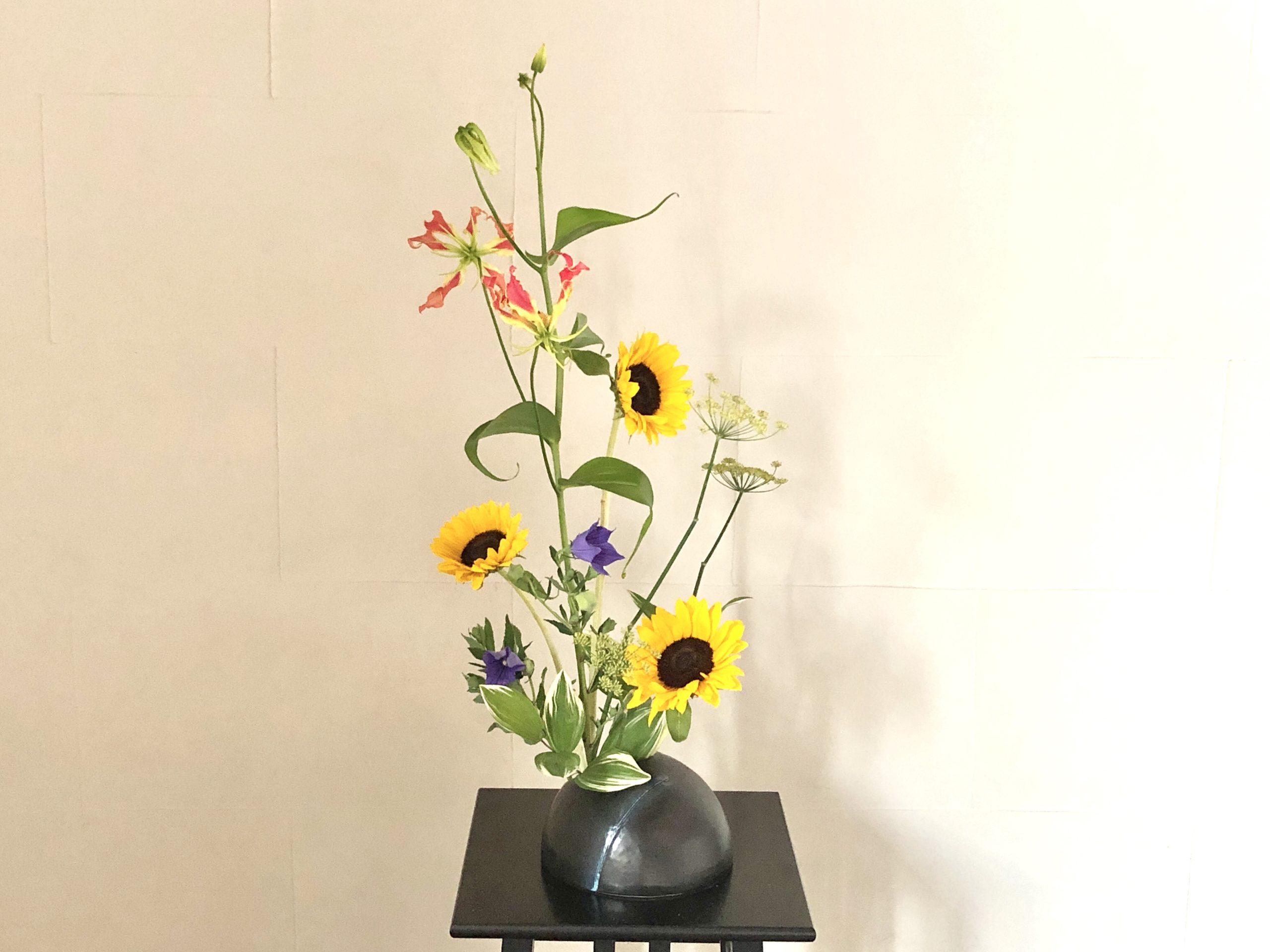 ひまわりとグロリオサの生け花