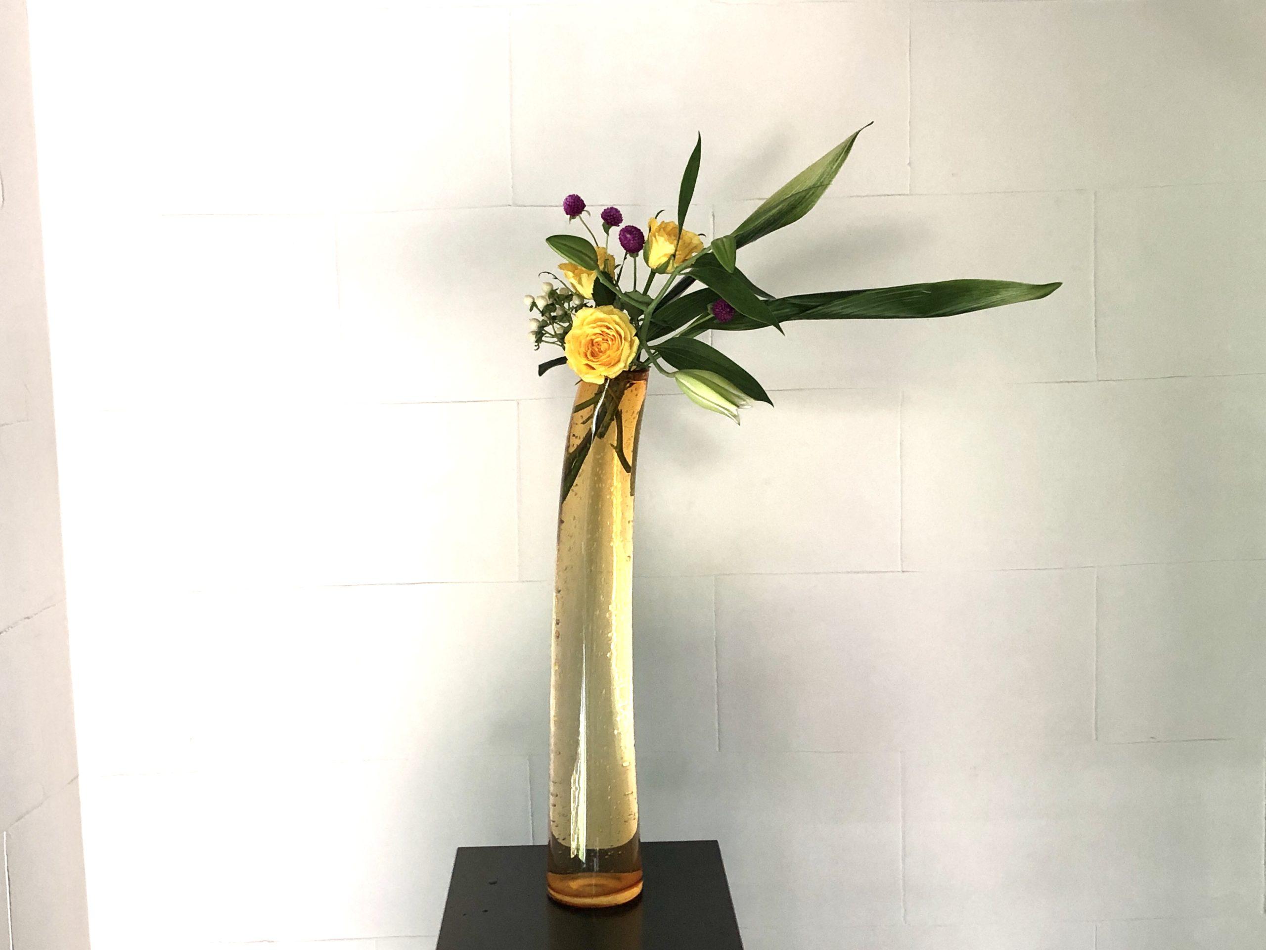 背の高い花器に活ける。暑い夏にぴったりの涼しげな生け花