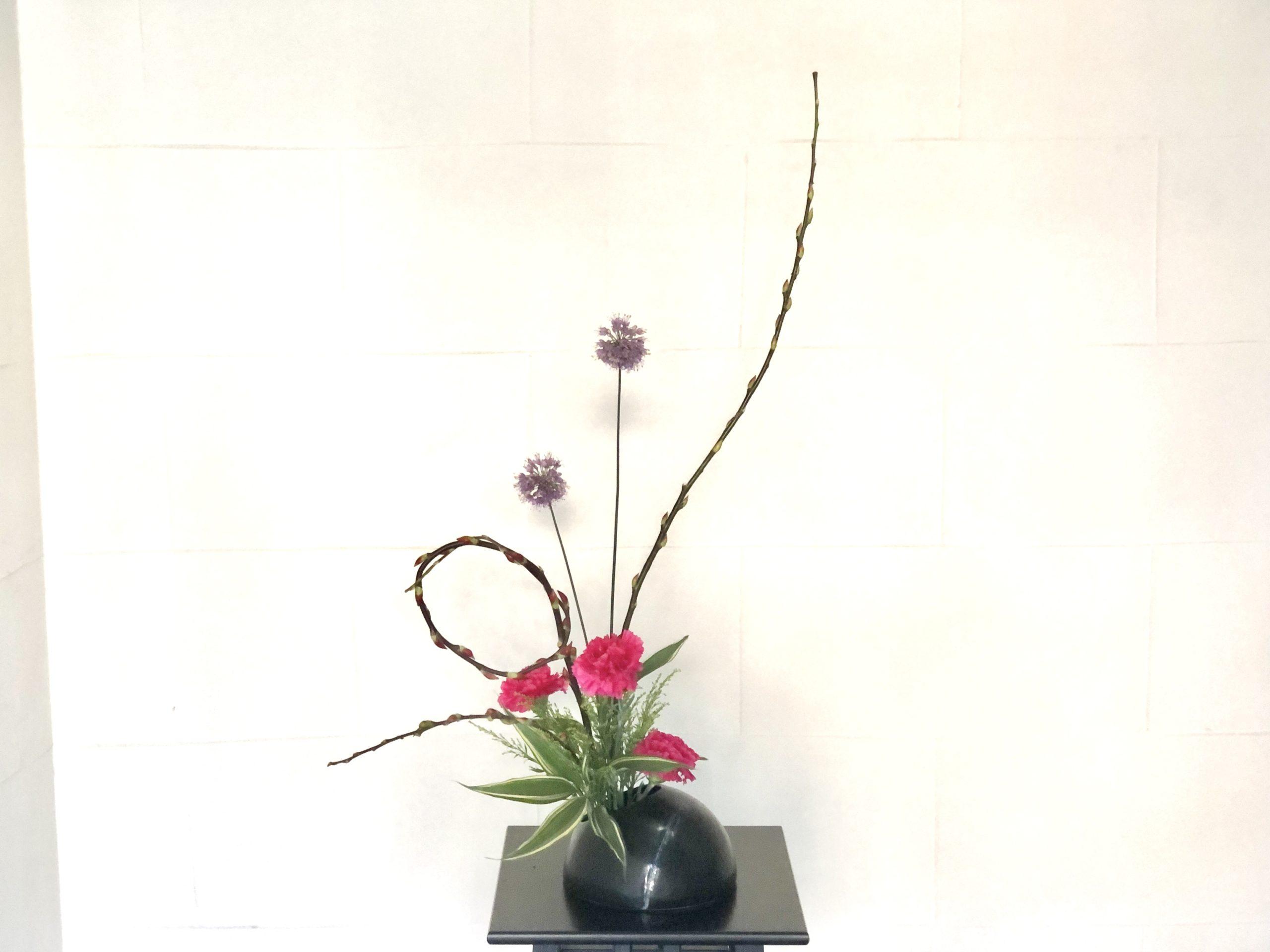赤目柳の曲線を楽しむ生け花