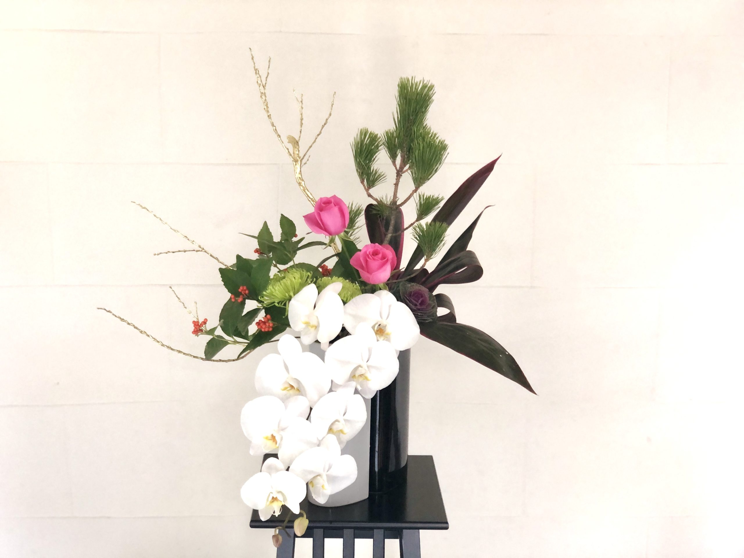 お正月花 花瓶に活けた、リビングにおすすめスタイリッシュな生け花