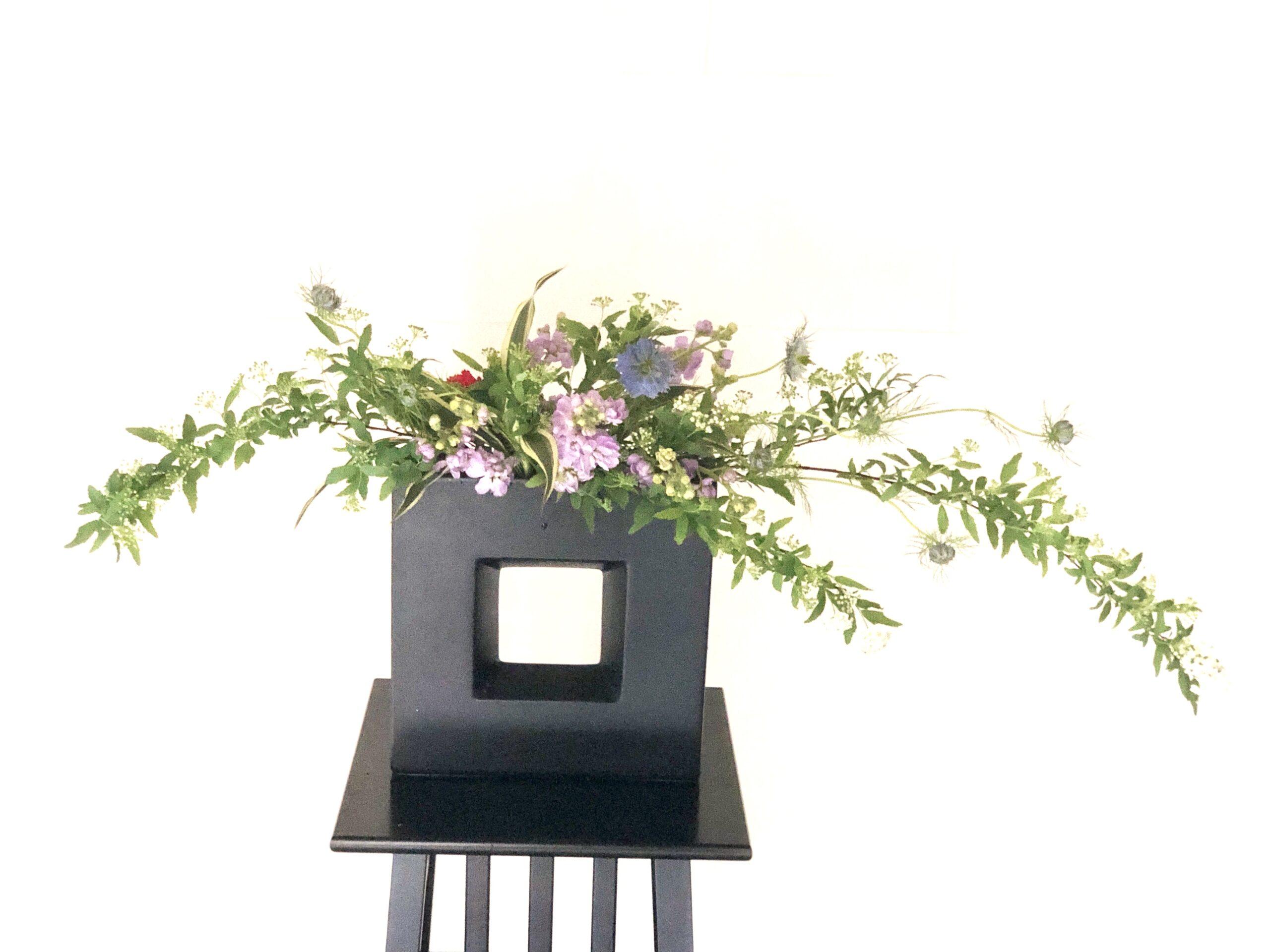 曲線の生け花 大好きな春の花、こでまりを使って