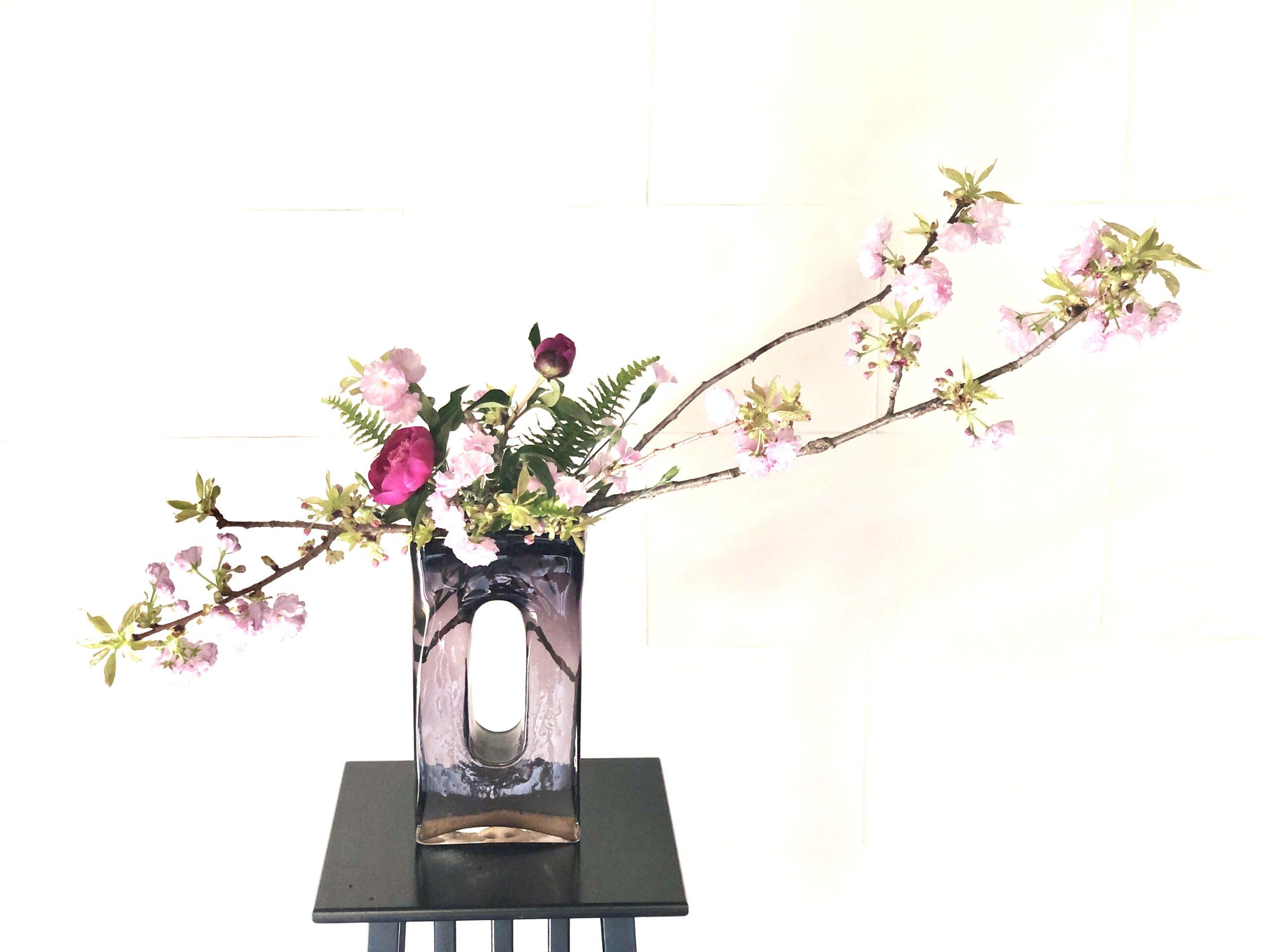 シャクヤクと関山桜の生け花