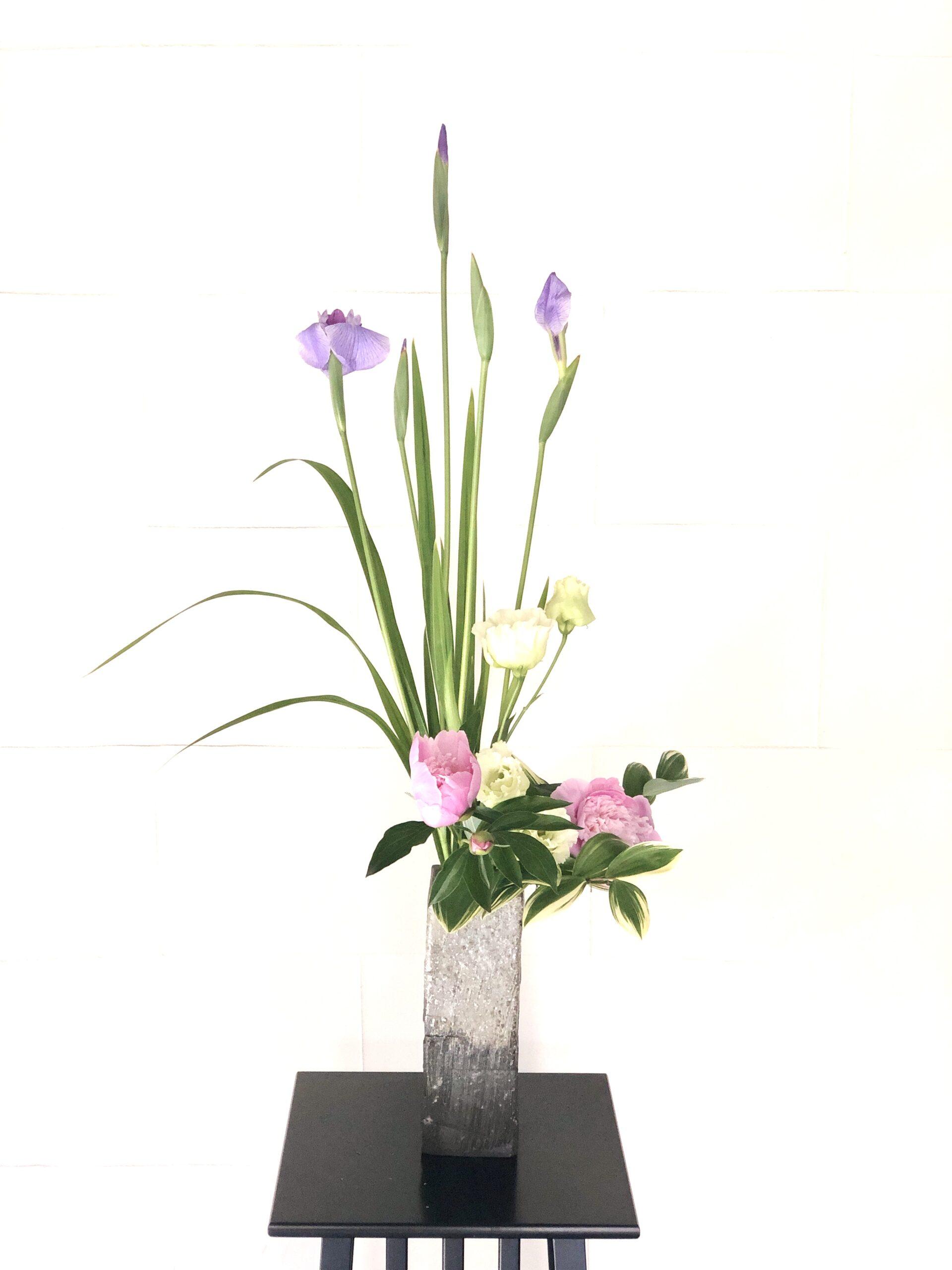 開花した花菖蒲の生け花