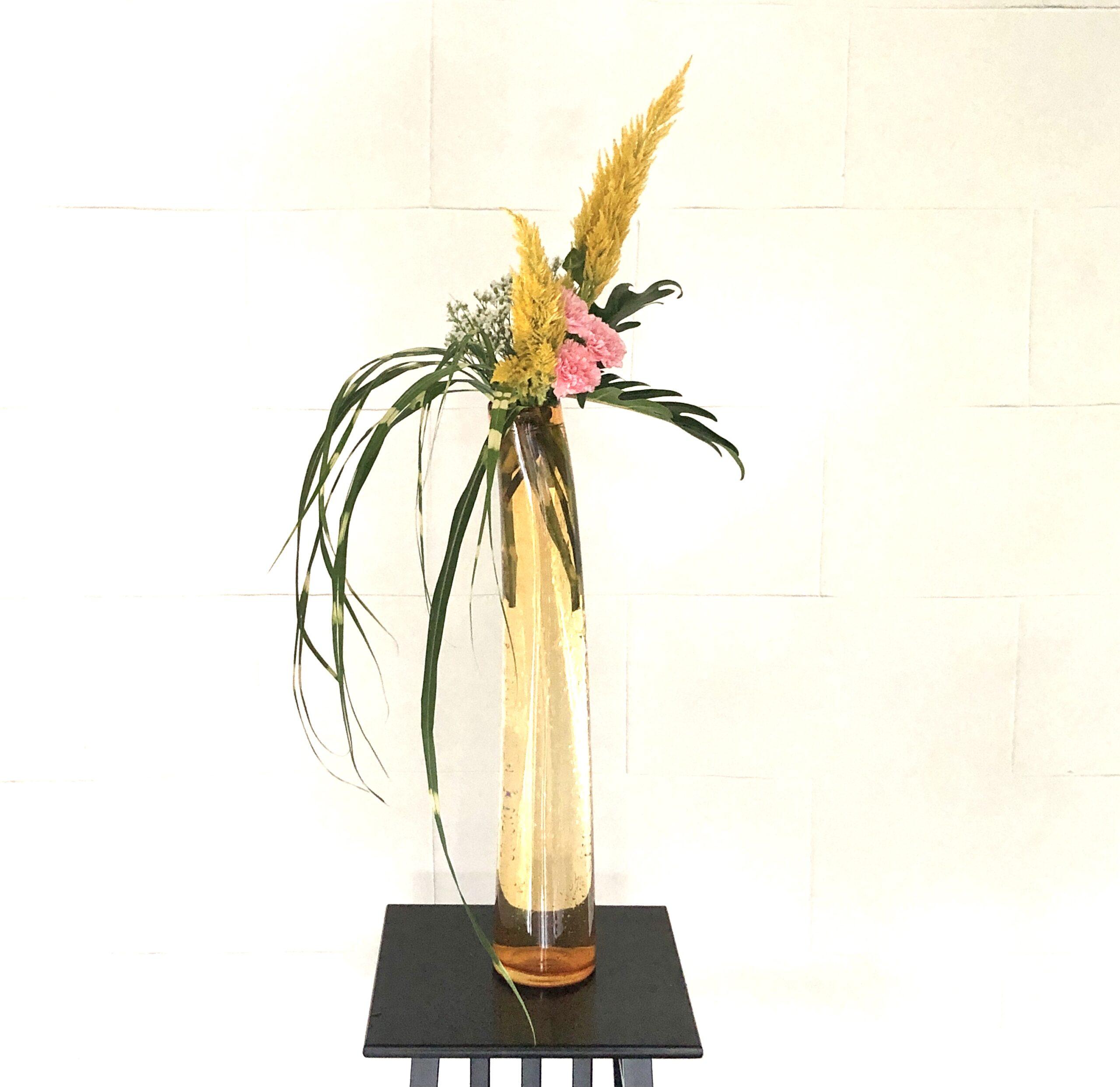 背の高い花器とススキ